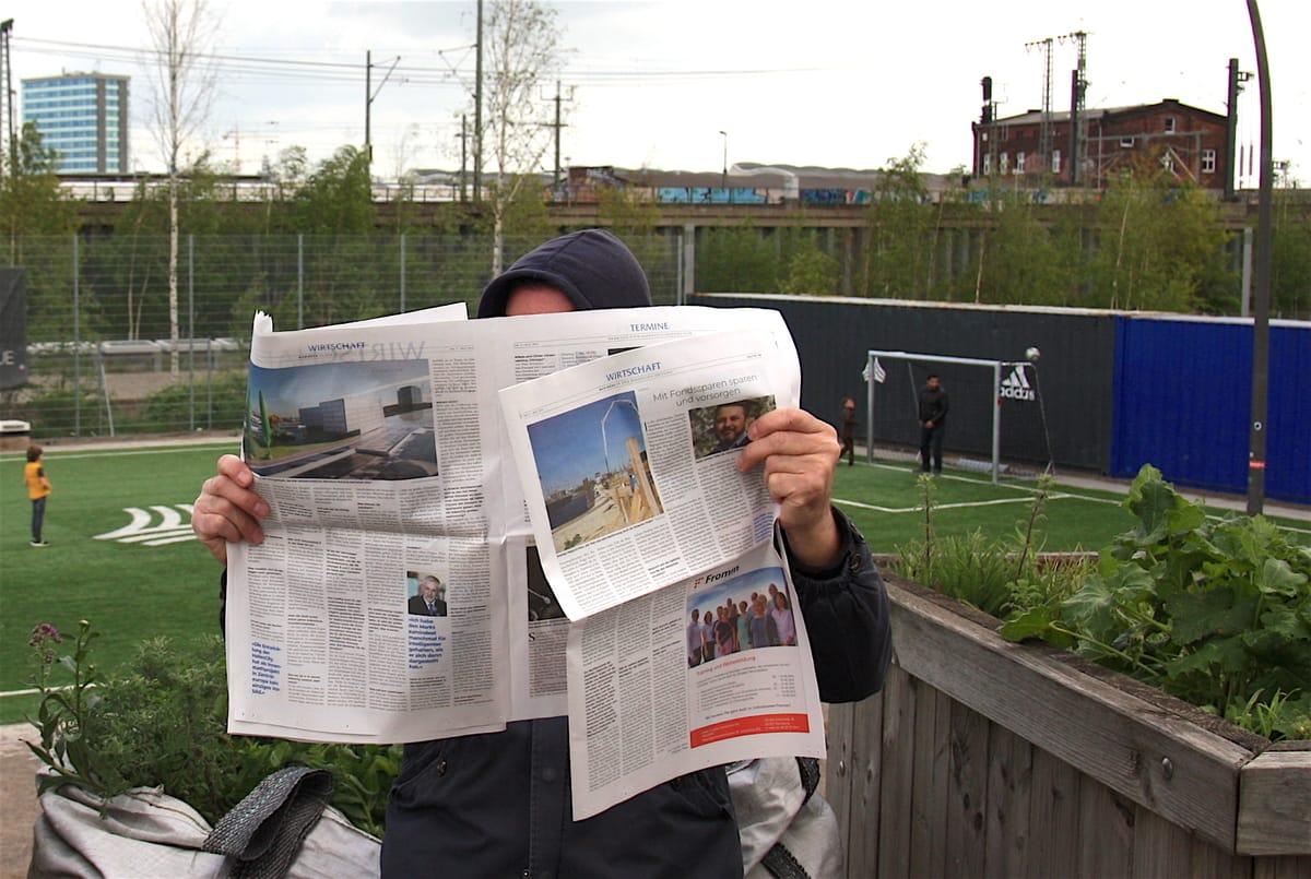 Hafencityzeitungsleser vor dem Bolzplatz im Lohsepark